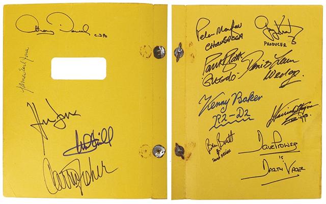 La segunda y tercera de forros, con firmas de los actoresy staff técnico de la primera película