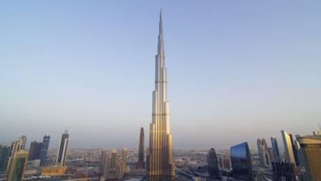 El Burj Khalifa es el rascacielos más alto del mundo con sus 828 metros.