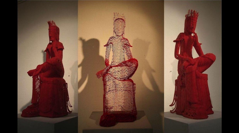 Cada escultura está hecha de varias capas de papel cortadas a mano